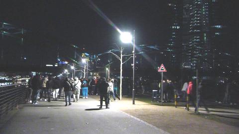 Menschenmenge im Frankfurter Hafenpark