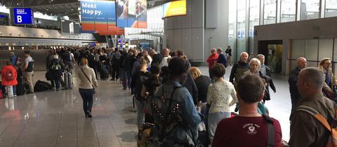 Wartende Passagiere am Donnerstagmorgen in der Abflughalle des Frankfurter Flughafens.