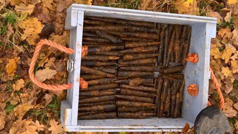 Die Patronen wurden zum Abtransport in eine Kiste geladen.
