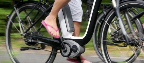 Frau fährt Elektro-Fahrrad