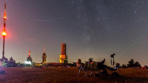Besucher auf dem Großen Feldberg beobachten Sternschnuppen.