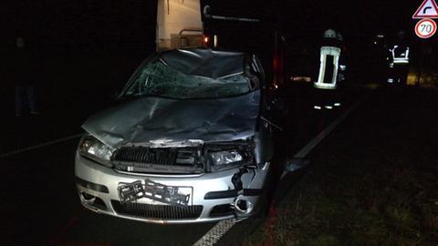 Auto mit kaputter Motorhaube