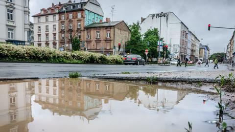 Nach dem großen Regen haben sich riesige Pfützen gebildet - hier in Frankfurt am Alleenring.