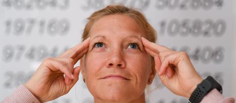 Gedächtnissportlerin Susanne Hippauf vor Zahlenreihen der Kreiszahl Pi