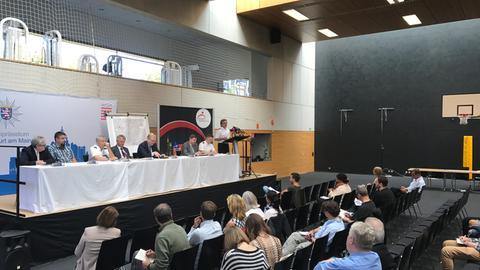 Bilanz-Pressekonferenz am Tag nach der Entschärfung der Weltkriegsbombe in der Turnhalle der Frankfurter Feuerwehr
