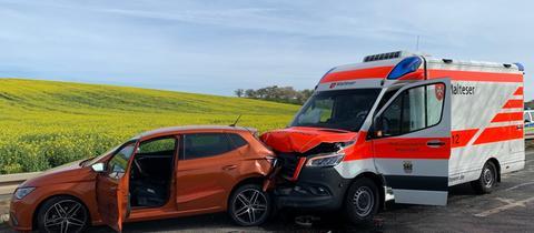 Ein Rettungswagen und ein Auto sind in einander gefahren