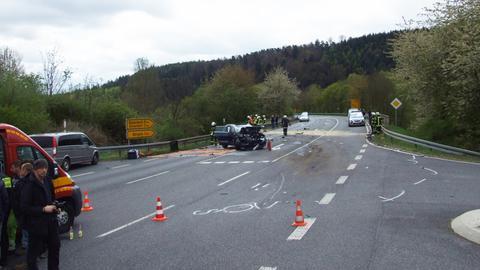 Cölbe: Lastwagen nach Frontalzusammenstoß Brücke hinunter