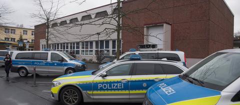 """Polizeifahrzeuge sicherten die Stadthalle, in der die NPD ihren """"Neujahrsempfang"""" abhielt."""