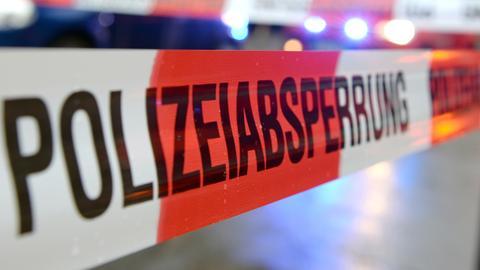 """Ein Flatterband mit dem Schriftzug """"Polizeiabsperrung""""."""