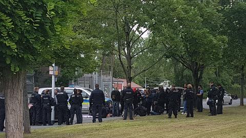 Polizei-Großeinsatz vor dem Abschiebegefängnis in Darmstadt.