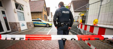 Ein Polizist bei der Spurensuche in der Rüsselsheimer Innenstadt.