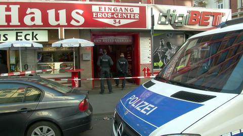 Polizisten stehen im Eingangsbereich des Bordells im Frankfurter Bahnhofsviertel.