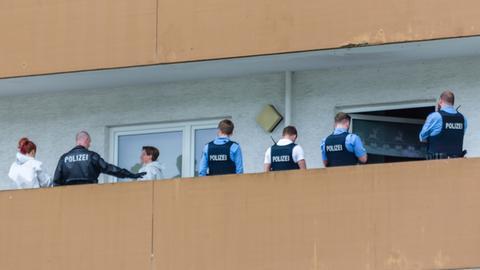 Polizisten vor der Wohnung, in der die Tat geschah.