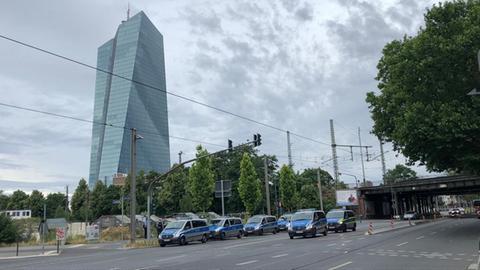 Polizeifahrzeuge vor der EZB