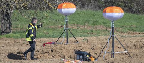 Ein Feuerwehrmann untersucht den Fundort der Bombe.