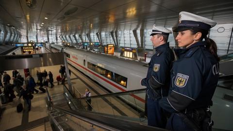 Polizisten im Einsatz im Fernbahnhof des Frankfurter Flughafens.