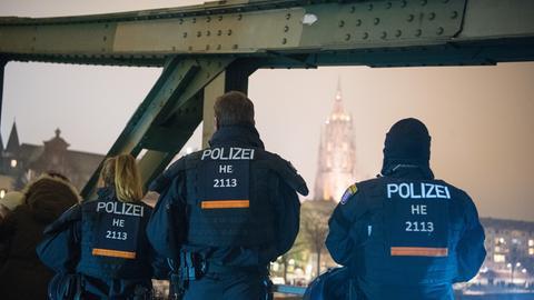 Polizisten auf dem eisernen Steg in Frankfurt