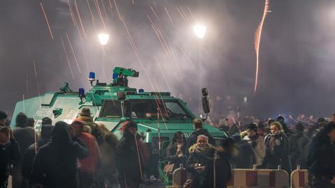 Ein Räumpanzer der Polizei am Rand der Silvesterfeier auf der Alten Brücke in Frankfurt
