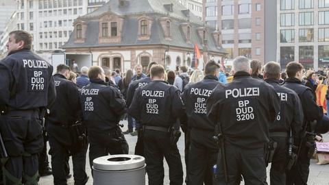 Polizisten am 23. März 2019 an der Frankfurter Hauptwache beim Demo-Einsatz
