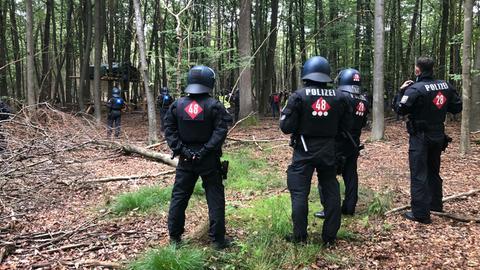 Polizei umstellt Baumhäuser