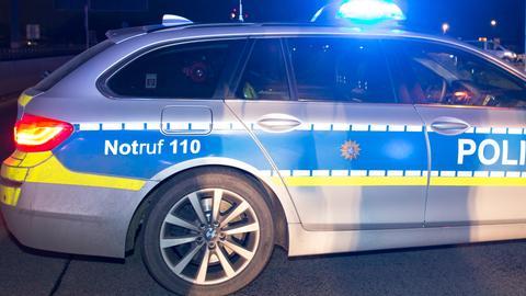 Polizeiauto im nächtlichen Einsatz