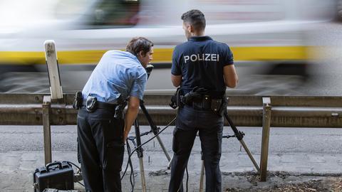 Polizeibeamte im Einsatz beim Aufbau einer Blitzanlage