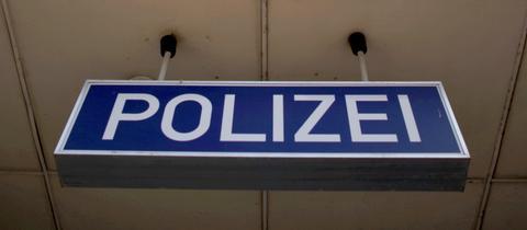 Schild vor einer Polizeiwache