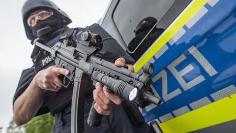 Polizist mit Sturmgewehr