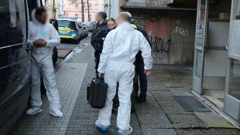 Beamte der Spurensicherung vor dem Haus in Offenbach, wo eine Frau tot aufgefunden wurde