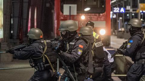 Übung im Hauptbahnhof: Das Überfallkommando der Frankfurter Polizei rückt vor.
