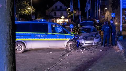 Polizeiauto stößt mit einem flüchtigen Auto in Bad Homburg zusammen