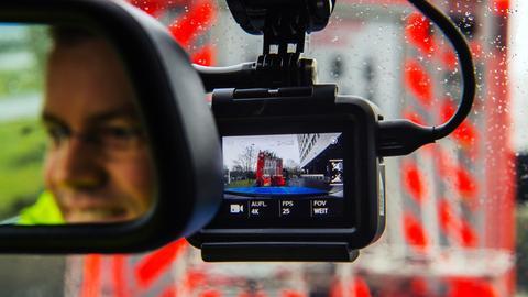 Polizeibeamter in einem Streifenwagen mit Action-Cam