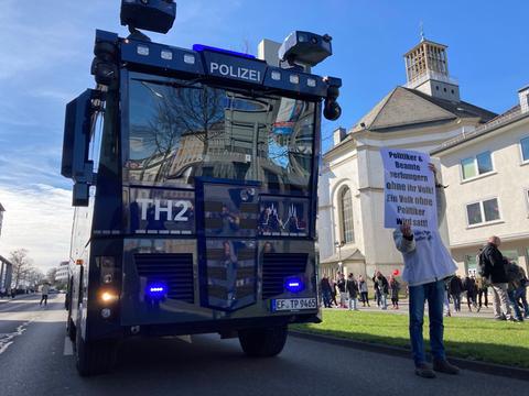 Wasserwerfer der Polizei in Kassel.