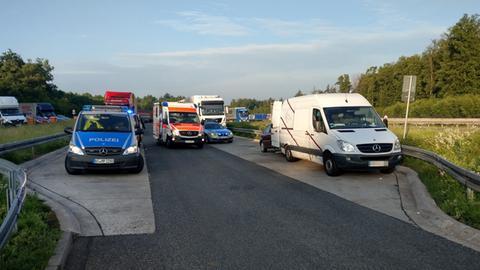 Die Polizei stoppte auf der A4 einen Kleintransporter, der ein Auto abschleppte.