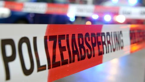 Polizeiabsperrung mit Flatterband