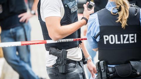 Polizisten an Polizeiabsperrung