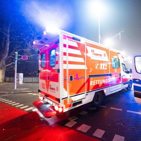 Polizei und Rettungsdienst in der Neujahrsnacht auf der Alten Brücke in Frankfurt.