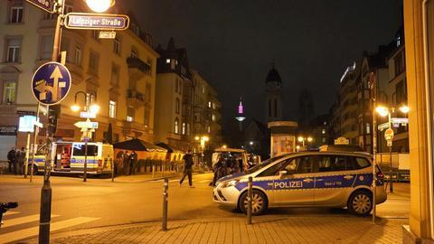 Polizeiautos im nächtlichen Frankfurt.