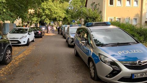 Viel Polizei bei einem Einsatz in Hattersheim mit einem Toten in einer Wohnung