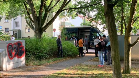 Einsatzwagen der Polizei in Hattersheim in der Nähe einer Wohnung, wo ein Toter gefunden wurde