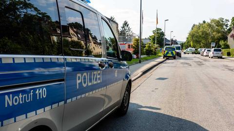 Zwei Polizeiautos an einer Straße.