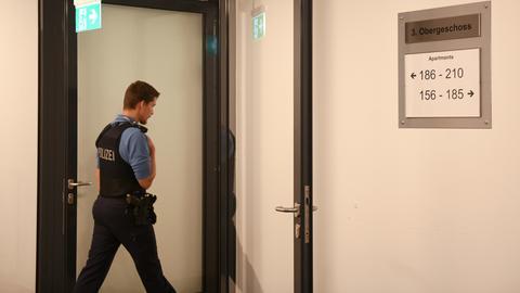 Ein Polizist im dritten Stock des Kasseler Studentenwohnheims, in dem die Leichen der jungen Frau und des Mannes entdeckt wurden.