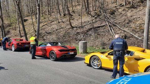 Polizeibeamte kontrollieren Sportwagen