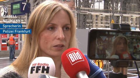 Polizeisprecherin Frankfurt vor Mikrofonen