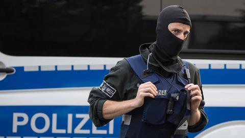 Polizist Polizei Sujet vermummt Flughafen Frankfurt Durchsuchung