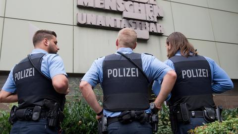 Polizisten vor dem Oberlandesgericht in Frankfurt