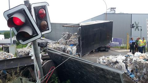 Der Auflieger des Lkw wurde durch die Wucht des Zusammenpralls komplett aufgerissen.