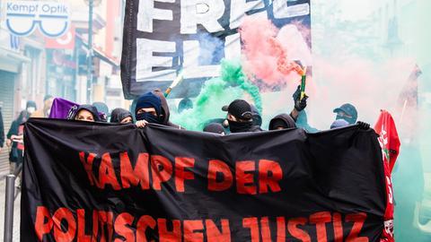 Mitglieder verschiedener Bündnisse aus der linken Szene demonstrieren bei einem Umzug in Frankfurt-Bockenheim gegen die Haftstrafe für eine Aktivistin aus dem Dannenröder Forst.