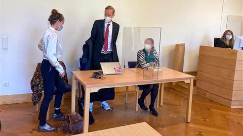 Ein Verfahren von vielen: A49-Gegnerin (re.) vor dem Amtsgericht in Kirchhain