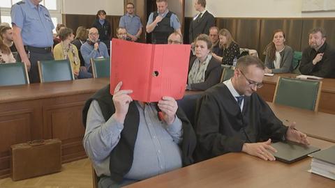 Gerichtssaal, Angeklagter mit Anwalt, Zuschauer